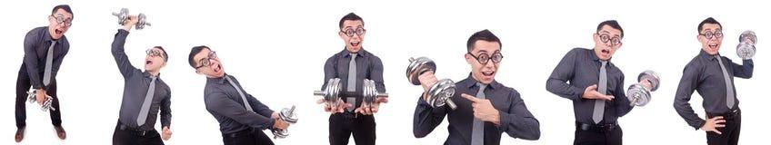 El hombre de negocios divertido con pesas de gimnasia aislado en blanco imagenes de archivo