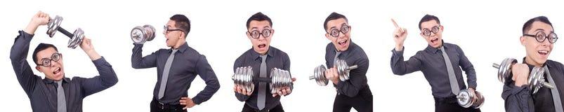 El hombre de negocios divertido con pesas de gimnasia aislado en blanco foto de archivo