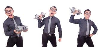 El hombre de negocios divertido con pesas de gimnasia aislado en blanco imagen de archivo