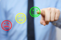 El hombre de negocios elige el icono positivo, concepto de custume satisfecho Foto de archivo