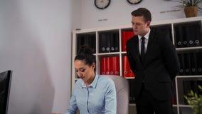 El hombre de negocios elogia a su empleado de sexo femenino del colega para un trabajo hecho bien metrajes