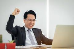 El hombre de negocios emocionado feliz celebra su éxito Ganador, encargado foto de archivo libre de regalías