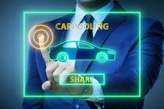 El hombre de negocios en concepto el carpooling y del coche compartido fotos de archivo