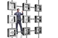 El hombre de negocios en concepto del cryptocurrency del blockchain fotografía de archivo