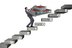 El hombre de negocios en concepto del financiamiento de deuda hipotecaria fotografía de archivo