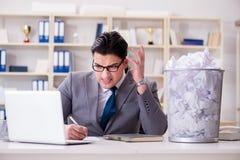 El hombre de negocios en el concepto de reciclaje de papel en oficina Fotografía de archivo