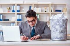 El hombre de negocios en el concepto de reciclaje de papel en oficina Imágenes de archivo libres de regalías