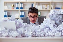 El hombre de negocios en el concepto de reciclaje de papel en oficina Foto de archivo libre de regalías