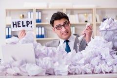 El hombre de negocios en el concepto de reciclaje de papel en oficina Imagen de archivo