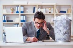 El hombre de negocios en el concepto de reciclaje de papel en oficina Imagen de archivo libre de regalías