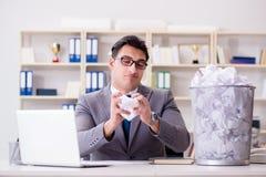 El hombre de negocios en el concepto de reciclaje de papel en oficina Fotos de archivo libres de regalías