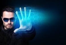 El hombre de negocios en gafas de sol controla código de ordenador que brilla intensamente virtual fotografía de archivo libre de regalías