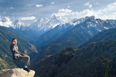 El hombre de negocios en la cima de la montaña es el hablar nuevo Fotos de archivo