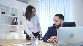 El hombre de negocios en la oficina consigue reprimenda de su jefe femenino