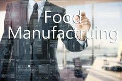 El hombre de negocios en la oficina está escribiendo en el tablero transparente: Fabricación de la comida Foto de archivo