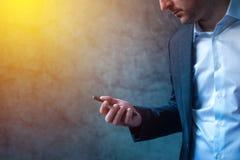 El hombre de negocios en prisa recibió el mensaje de SMS en smartphone Imagenes de archivo