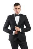 El hombre de negocios en un traje endereza chaqueta Imágenes de archivo libres de regalías