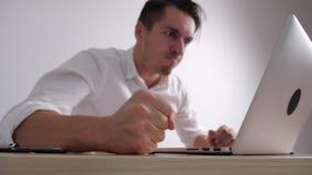 El hombre de negocios enojado bate su puño en la tabla Tensión en el trabajo de oficina El jefe muestra la agresión almacen de metraje de vídeo