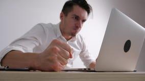 El hombre de negocios enojado bate su puño en la tabla Tensión en el trabajo de oficina El jefe muestra la agresión almacen de video
