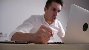 El hombre de negocios enojado bate su puño en la tabla Tensión en el trabajo de oficina El jefe muestra la agresión metrajes