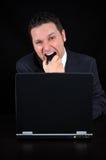 El hombre de negocios enojado está mordiendo el ratón Fotos de archivo