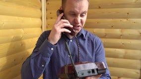El hombre de negocios enojado que grita en el teléfono y entonces lo lanza con poder para arriba almacen de metraje de vídeo