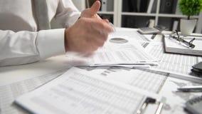 El hombre de negocios enojado tiene la tensión y problemas con malos informes, él rompe documentos y los lanza metrajes