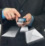 El hombre de negocios envía un mensaje virtual imagenes de archivo