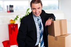 El hombre de negocios envejecido centro en el suyo volvió a poner la oficina fotografía de archivo libre de regalías