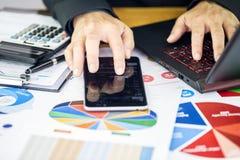 El hombre de negocios es pantalla táctil del finger la barra de la compra y venta de acciones Fotos de archivo libres de regalías