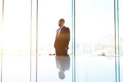 El hombre de negocios es ventana cercana derecha de la oficina con el fondo del espacio de la copia Imagen de archivo