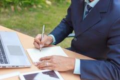 El hombre de negocios escribe el éxito, concepto del éxito anota Foto de archivo libre de regalías