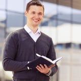 El hombre de negocios escribe a la información de la libreta Imagenes de archivo
