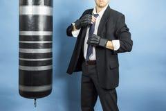 El hombre de negocios está entrenando para encajonar Fotografía de archivo libre de regalías