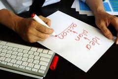"""El hombre de negocios está escribiendo plan del †de la idea """"- acción Imagen de archivo libre de regalías"""