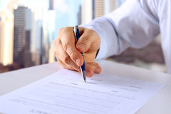 El hombre de negocios está firmando un contrato, detalles del contrato del negocio Fotos de archivo