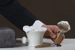 El hombre de negocios está llevando a cabo afeitar el equipo en su mano foto de archivo libre de regalías
