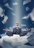 El hombre de negocios está meditando con los documentos Fotos de archivo libres de regalías
