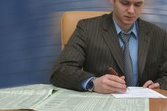 El hombre de negocios está trabajando en contrato Fotos de archivo libres de regalías