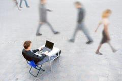 El hombre de negocios está trabajando siempre Imagen de archivo