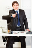 El hombre de negocios estira hacia fuera la mano para el apretón de manos Fotografía de archivo libre de regalías