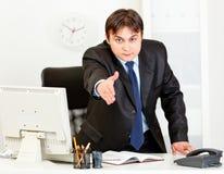 El hombre de negocios estira hacia fuera la mano para el apretón de manos Imagen de archivo libre de regalías