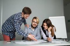 El hombre de negocios explica a los socios los detalles del acuerdo Imagen de archivo