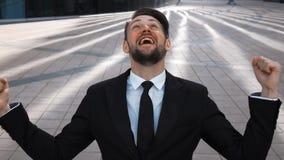 El hombre de negocios exulta de gran oferta que gana almacen de metraje de vídeo