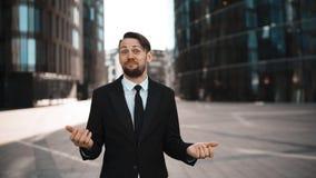 El hombre de negocios exulta de su negocio y aplauso almacen de video