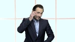 El hombre de negocios feliz con la barba se está atusando almacen de video