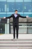 El hombre de negocios feliz con las manos se abre fotografía de archivo libre de regalías