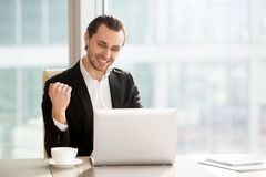El hombre de negocios feliz que celebra a la compañía rápidamente crece Imagen de archivo libre de regalías