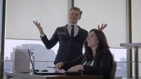 El hombre de negocios feliz And Top Manager hace gesto del éxito y lanza para arriba documentos almacen de video