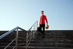 El hombre de negocios feliz viene abajo de las escaleras Imagen de archivo